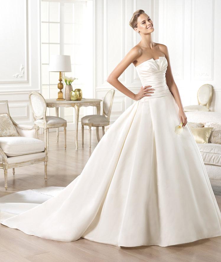 bbfc0328d Look de novia sobrio y elegante con el vestido Georgia de Pronovias ...